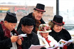 Carolers entertains shoppers